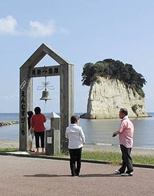 見附島を望む「幸せの鐘」=石川県珠洲市で