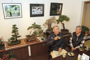 自身の作品が展示された空間でくつろぐ林さん(左)と成田さん=尾張旭市西の野町で