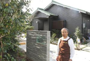 憩いの場にしようと、喫茶ギャラリー「海石榴」をオープンした松原さん=尾張旭市西の野町で