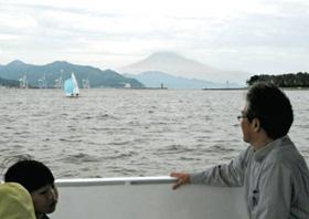 清水港から三保まで運航されている水上バス「ちゃり三保号2(ローマ数字の2)」からの眺め。中央後方は富士山=静岡市沖の駿河湾で