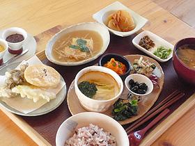 「ファームキッチン 野菜花」の月替わりランチは野菜中心=いずれも滋賀県東近江市で