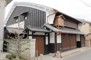 建築当初の姿に復元され、初めて内部が一般公開されることになった渡辺家住宅=津島市本町で
