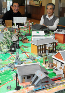 中島祥一さん(右)ら町民が作った駄知線の模型=土岐市土岐津町の土岐津公民館で