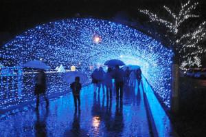 海中をイメージした長さ70メートルの青い光のトンネル