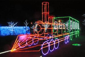 カラフルな蒸気機関車(SL、手前)と青い光のトンネル=敦賀市の金ケ崎緑地で