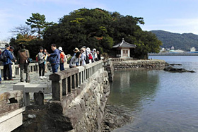 和歌浦にある三断橋(手前)と妹背山(中央後方)
