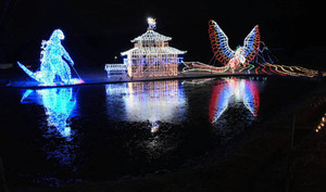 水面に幻想的に浮かび上がるイルミネーション=津市美里町南長野で