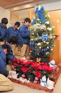 氷の世界をイメージしてクリスマスツリーを飾り付ける久居農林高校の生徒ら=津市新町のプラザ洞津で