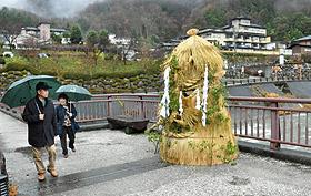 ことしも温泉街ににらみを利かす本湯屋守様=阿智村の昼神温泉郷で