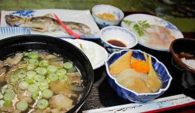 熊汁(左下)の大わんが存在感たっぷりの夕食=いずれも富山市八尾町で