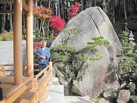 境内の庭園に巨大な岩が鎮座する西応寺