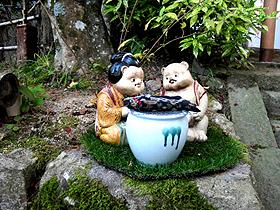 長寿寺の参道に置かれた人形は、心を和ませてくれる