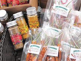 弥平トウガラシを使ったオリジナル食品=いずれも滋賀県湖南市で