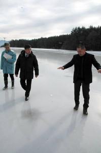 氷の状態を確認する関係者=伊那市の伊那西スケート場で
