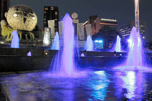 LEDの光で青く彩られる噴水とライトアップされる家康くんのオブジェ=24日午後5時12分、JR浜松駅北口のキタラ広場で(山田英二撮影)