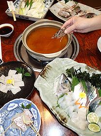 新鮮な魚介を刺し身としゃぶしゃぶで味わう「じゃこ鍋」=いずれも兵庫県姫路市家島町で
