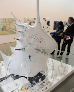 県ゆかりの若手作家の意欲作が並ぶ展示会場=津市大谷町の県立美術館で