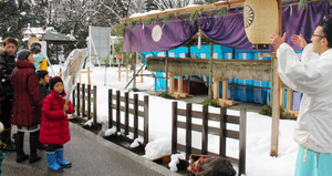 伊勢神宮から譲り受け、参道に展示されている鳥居(奥)