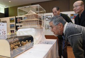 竹で作ったオーケストラやつまようじで仕上げた法隆寺金堂などが並ぶ会場=近江八幡市宮内町で