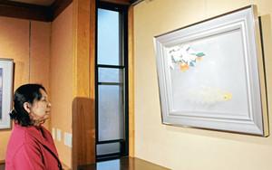 季節に合わせた珠玉の日本画が並ぶギャラリー=氷見市上泉で