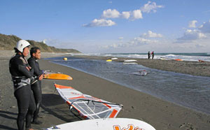 サーファーたちに人気の御前崎ロングビーチ。左後方に御前埼灯台がある