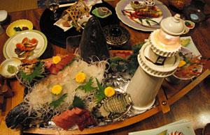 メーン料理「クエの姿造り」(手前)=いずれも静岡県御前崎市で