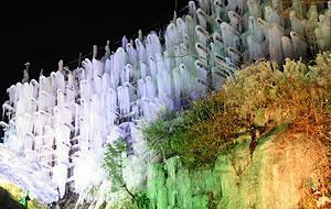 緑、紫などの色にライトアップされた氷瀑=豊田市稲武町で