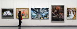 個性豊かな洋画が並ぶ会場=名古屋・栄の県美術館ギャラリーで