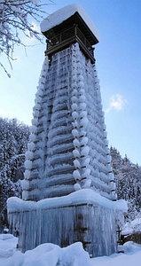 氷に覆われた高さ15メートルほどのやぐら=高山市朝日町の道の駅ひだ朝日村で