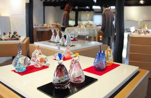 作家の個性が表現されたガラスのひな人形など=瀬戸市新世紀工芸館で