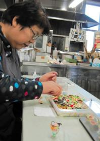 食品サンプル作りに大人も熱中=焼津市禰宜島の葵サンプルで