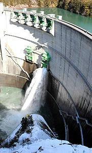 冬場で初めてゲート放流している小渋ダム=中川村大草で