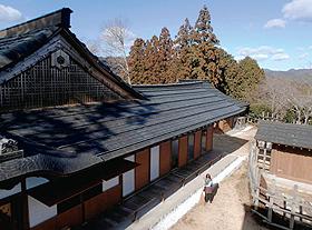 復元された書院造りの田峯城=愛知県設楽町で