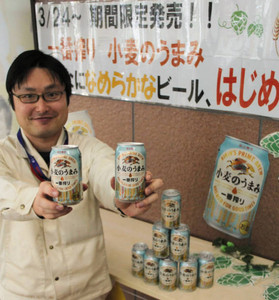 限定醸造ビールをPRする社員。工場見学客は発売前に味わえる=多賀町のキリンビール滋賀工場で