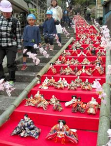 仏現寺の参拝階段を使って展示されたひな人形の110段飾り=25日、伊東市で(杉本三佐夫撮影)