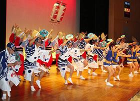 子ども、男性、女性たちが三様の踊りを披露する水玉連の演舞