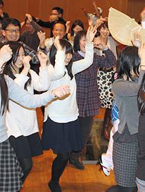 「おどらなそんそん」と体験する観客ら=いずれも徳島市の阿波おどり会館で