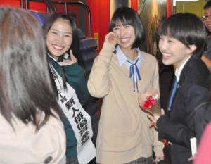 FC富士スタッフと談笑する舞台あいさつに訪れたももクロメンバー=富士宮市のイオンシネマ富士宮で