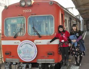 映画ロゴのヘッドマークを掲げて運行中の「幕が上がる号」=富士市の吉原駅で