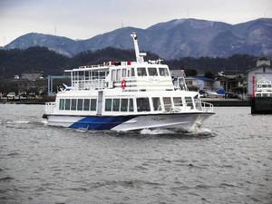 彦根港発着の定期運航を始めた観光船=オーミマリン彦根港支店提供