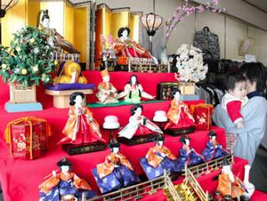 店先に展示されたひな人形=南砺市本町で