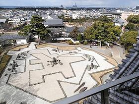 岸和田城の天守閣から見た国名勝「八陣の庭」。後方は大阪湾