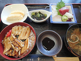 「漁師家 幸」の蒸穴子丼セット=いずれも大阪府岸和田市で