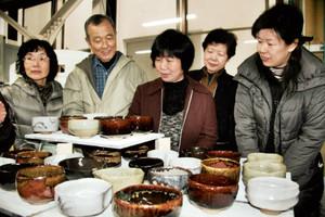 自作した抹茶碗の出来に喜ぶ参加者