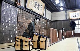 江戸時代からの薬だんすも残る「薬種商の館 金岡邸」=富山市新庄町で
