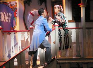 「ショウ・ボート」の通し稽古で白熱の演技を見せる主演の土居裕子さん(右)と岡幸二郎さん=富山市牛島町で