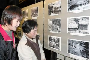 出作り小屋の写真を懐かしそうに眺める住民ら=県白山ろく民俗資料館で