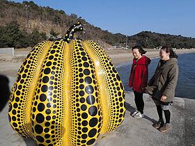 海辺の突堤に据えられているオブジェ「南瓜」(草間彌生さん作)