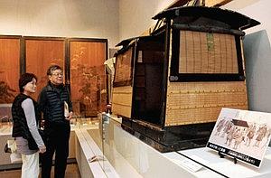 家老が使ったかごなどが並ぶ「高遠藩内藤家の参勤交代」展=伊那市の高遠町歴史博物館で