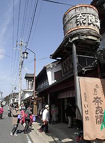 重厚な日本建築の商家が並ぶ旧松山街道